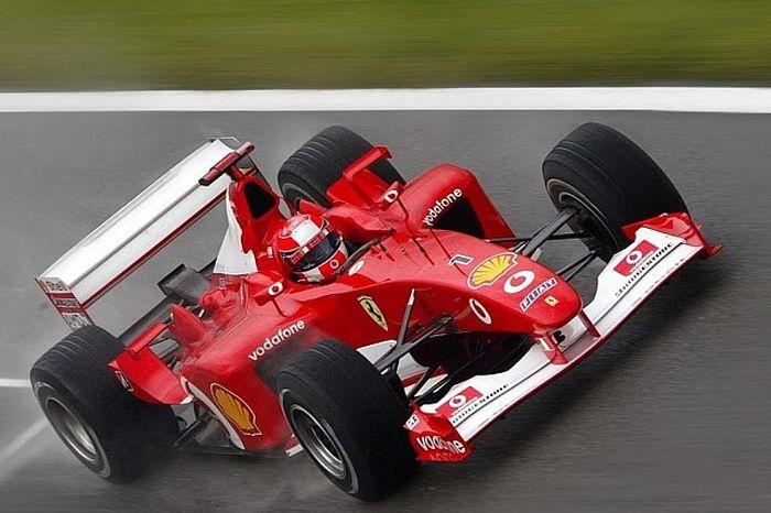 Pembalap Ferrari, Michael Schumacher, saat melaju dengan F20.