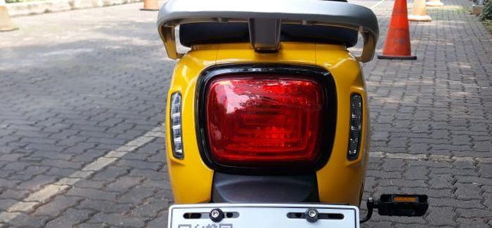 lampu rem dan lampu sen  terlihat seperti motor matik