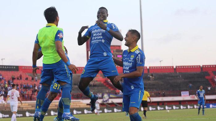 Penyerang Persib Bandung, Ezechiel N'Douassel (tengah), merayakan gol yang ia cetak ke gawang Persija Jakarta dalam laga pekan ke-26 Liga 1 2019 di Stadion Kapten I Wayan Dipta, Bali, Senin (28/10/2019).