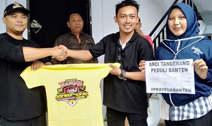 Proses penyerahan bantuan dari ARCI kepada korban tsunami di Banten.