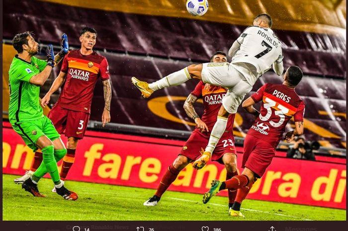 Cristiano Ronaldo mencetak gol sundulan untuk Juventus ke gawang AS Roma dalam lanjutan Liga Italia di Olimpico, 27 September 2020.