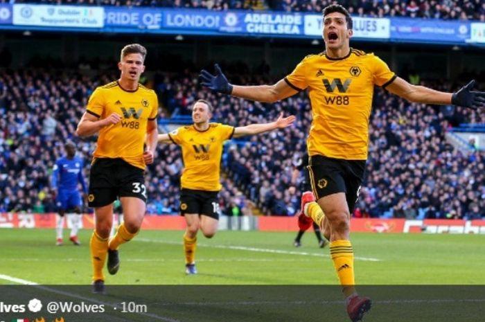 Striker Wolverhampton Wanderers, Raul Jimenez, melakukan selebrasi seusai menjebol gawang Chelsea dalam partai Liga Inggris di Stamford Bridge, Minggu (10/3/2019)