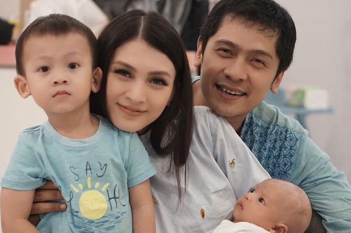 Donita bersama Adi dan kedua putranya
