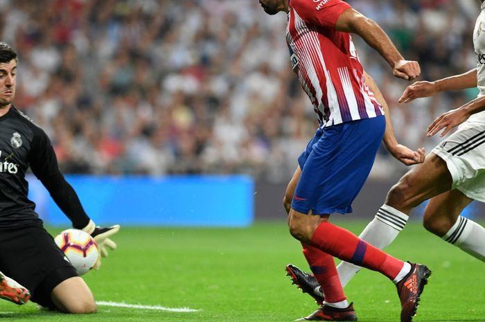 Kiper Real Madrid, Thibaut Courtois, beraksi pada laga melawan Atletico Madrid.