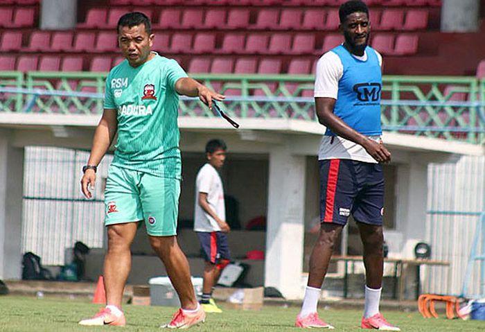 Pelatih Madura United, Rasiman (kiri).