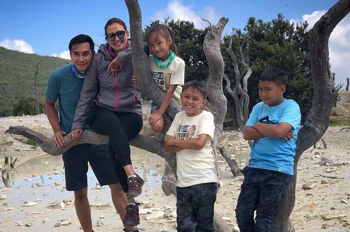 Dona dan Darius ajak ketiga anaknya mendaki berkemah di Gunung Papandayan