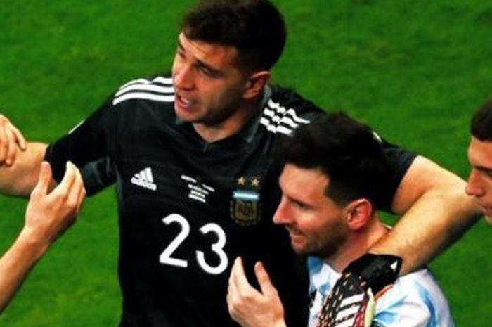 Kiper Argentina, Emiliano Martinez, merangkul Lionel Messi dan rekan-rekannya selepas menyingkirkan Kolombia di semifinal Copa America 2021.