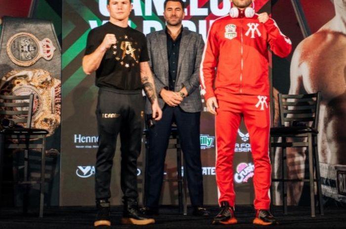 Canelo Alvarez (kiri) dan Avni Yildirim (kanan) setelah sesi face-off menjelang pertarungan mereka pada Sabtu (27/2/2021) malam waktu setempat.