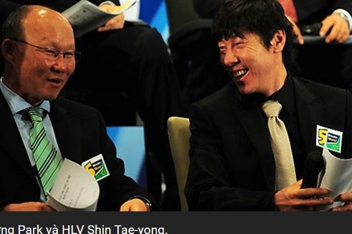 Pelatih timnas Vietnam, Park Hang-seo (kiri), berbicara dengan pelatih timnas Indonesia, Shin Tae-yong.
