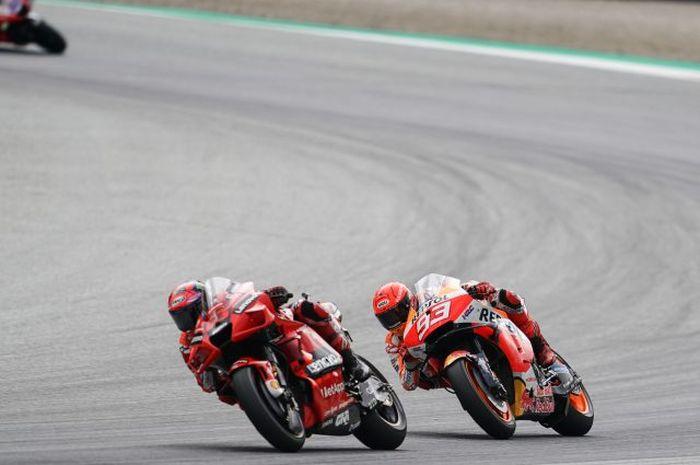 Pembalap Repsol Honda, Marc Marquez (kanan), bersaing dengan pembalap Ducat, Francesco Bagnaia, pada balapan MotoGP Austria di Red Bull Ring, Austria, 15 Agustus 2021.