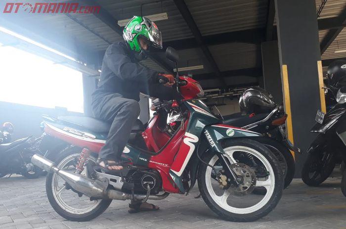 Ilustrasi menyalakan motor dengan kick starter