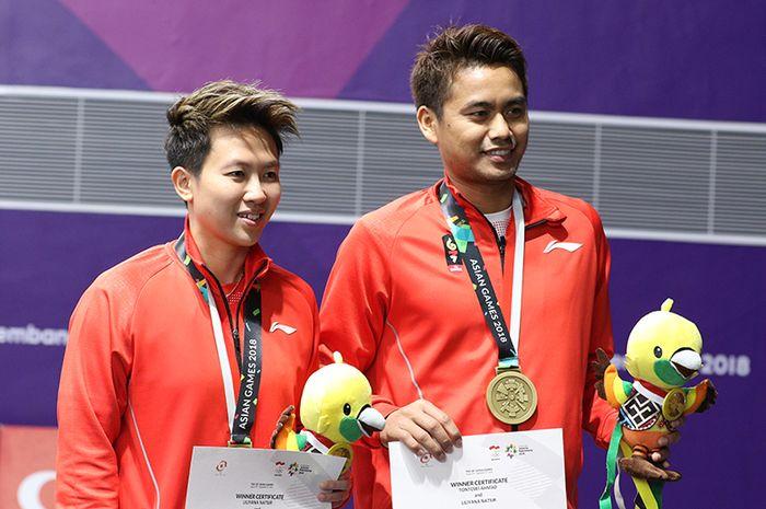 Ganda campuran Indonesia, Tontowi Ahmad (kanan) dan Liliyana Natsir (kiri), saat menerima medali per