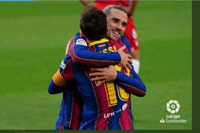 Kapten Barcelona, Lionel Messi, berpelukan dengan Antoine Griezmann.