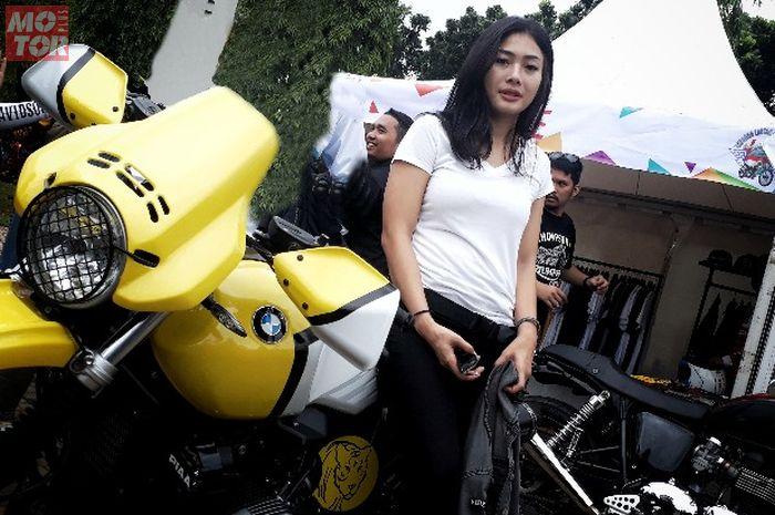 Nabila Putri yang hobi naik motor