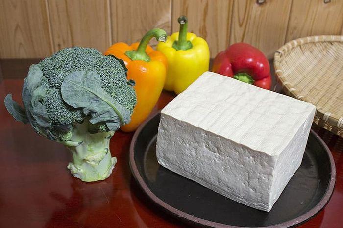 Makanan yang mengandung kalsium tinggi di antaranya adalah brokoli dan tahu.