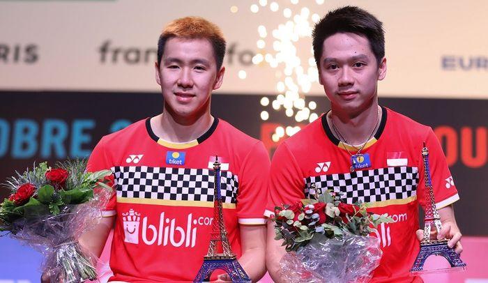 Ekspresi Marcus Gideon (kiri) dan Kevin Sanjaya (kanan) saat menjadi juara French Open 2019, Minggu (27/10/2019)