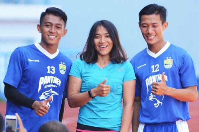 Deliana berpose bersama dua pemain