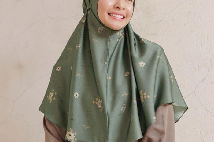Tampilan Simpel Hijab Bergo ala Laudya Cynthia Bella