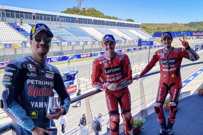 Para penghuni podium balapan MotoGP Spanyol 2021 (dari kiri ke kanan), Franco Morbidelli, Jack Miller, dan Francesco Bagnaia.