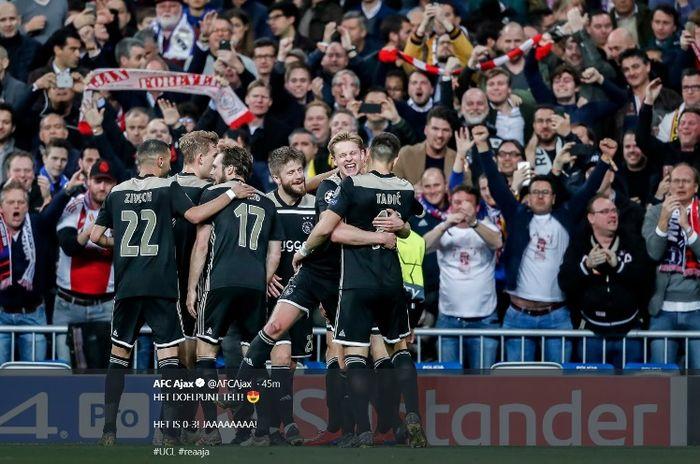 Dusan Tadic bersama pemain Ajax Amsterdam merayakan kemenangan atas Real Madrid dalam babak 16 besar Liga Champions di Estadio Santiago Bernbeu, Selasa (5/3/2019).