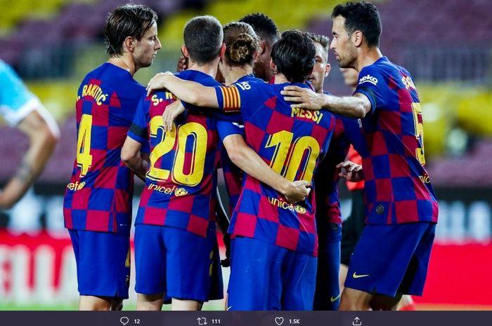 Para pemain Barcelona mengerubungi  Lionel Messi usai sukses mengubah kedudukan menjadi 2-0 atas Leganes pada laga jornada ke-29 Liga Spanyol, Selasa (16/6/2020).