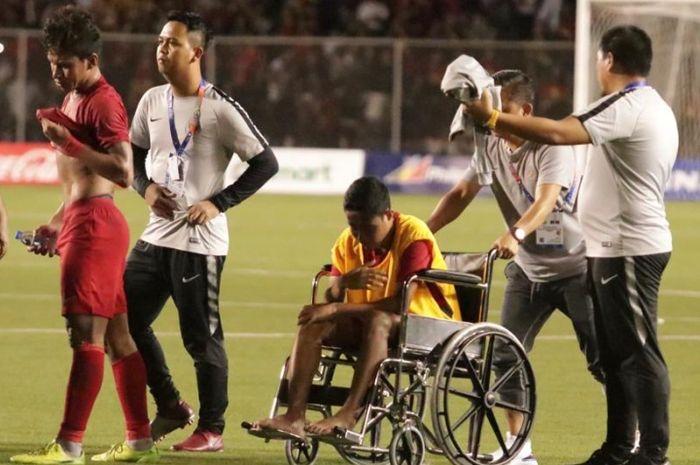 Gelandang timnas U-22 Indonesia, Evan Dimas, harus menggunakan kursi roda usai mengalami cedera di babak final SEA Games 2019.