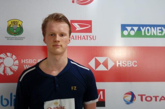 Pebulu tangkis tunggal putra Denmark, Anders Antonsen, berpose di area mixed zone Indonesia Masters