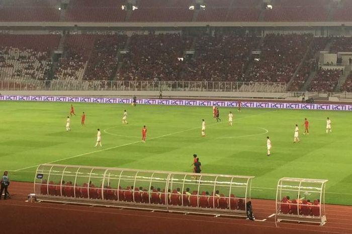 Suasana laga kualifikasi Piala Asia U-19 2020 antara timnas U-19 Indonesia vs Korea Utara dari tribune Gelora Bung Karno, Jakarta, 10 November 2019.