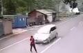Detik-detik Pria Menyeberang Jalan, Fokus Main HP, Nyaris Disambar Mobil