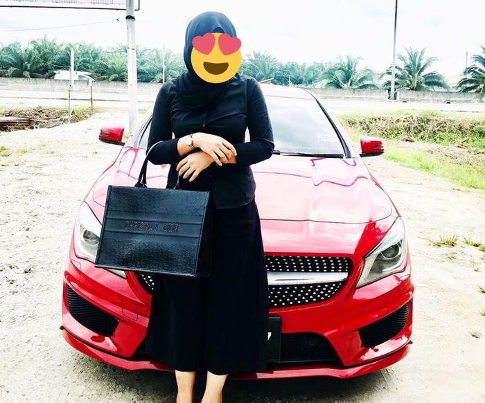 Sang wanita bersama mobilnya