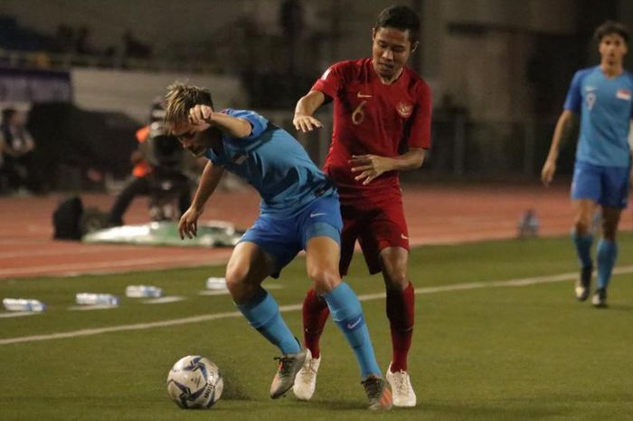 Gelandang timnas U-22 Indonesia, Evan Dimas Darmono, beraksi kontra Singapura pada laga Grup B SEA Games 2019, Kamis (28/11/2019).