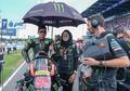 Wuih, Umbrella Girl Berjilbab Jadi Perhatian di MotoGP, Payungi Hafizh Syahrin Sambil Senyum
