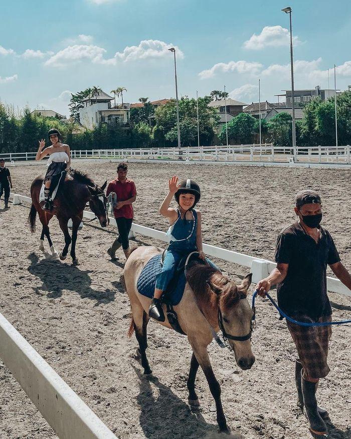 Gisel dan Gempi berkuda