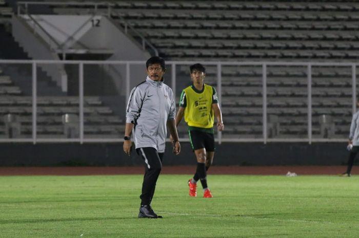 Pelatih dan pemain timnas U-23 Indonesia, Indra Sjafri serta Hanif Sjahbandi dalam latihan di Stadion Madya, Jakarta, Jumat (25/10/2019).