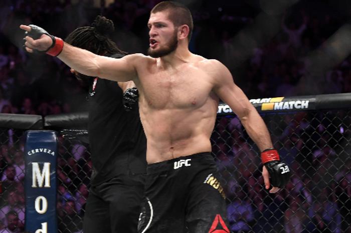 Khabib Nurmagomedov (berdiri) berhasil memenangkan pertarungan melawan Conor McGregor pada ajang UFC 229 di Las Vegas, Amerika Serikat, 6 Oktober 2018.