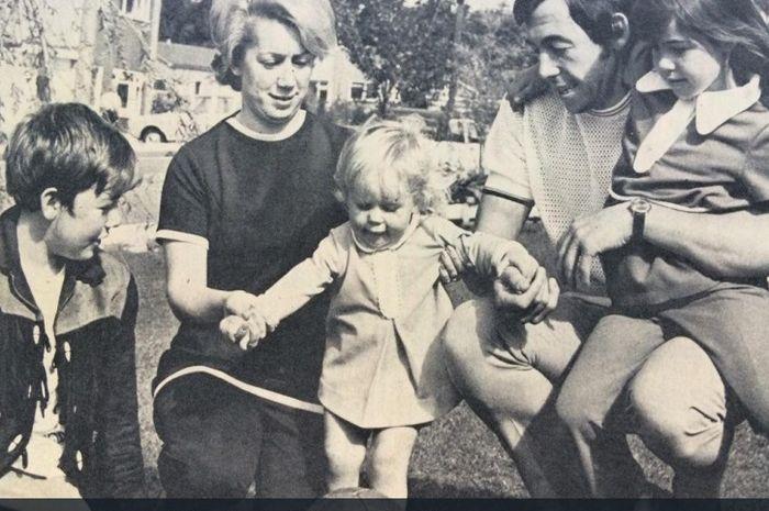 Gordon Banks dan istrinya, Ursula, bersama anak-anak.