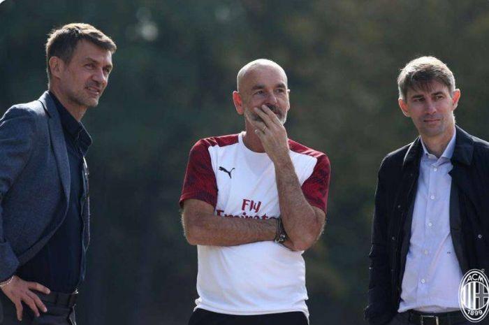 Pelatih AC Milan, Stefano Pioli (tengah), melakukan pembicaraan dengan dau petinggi klub, Paolo Maldini (kiri) dan Frederic Massara.