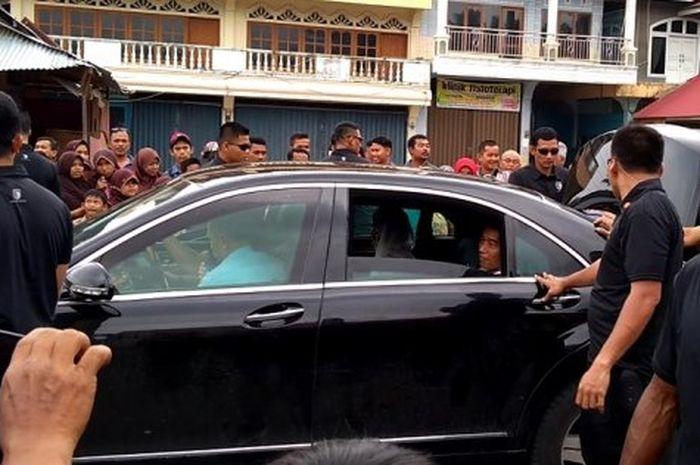 Sempat kelihatan isi bagasi mobil dinas Jokowi di Solok, Sumatera Barat