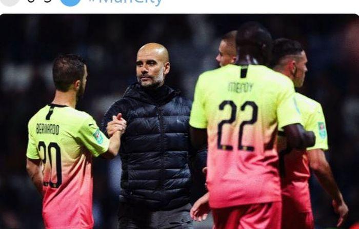 Pelatih Manchester City, Pep Guardiola, bersalaman dengan Bernardo Silva (kiri).