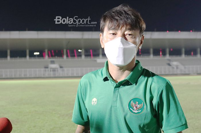Pelatih timnas Indonesia, Shin Tae-yong, sedang memberikan keterangan kepada awak media di Stadion Madya, Senayan, Jakarta, 11 Mei 2021.
