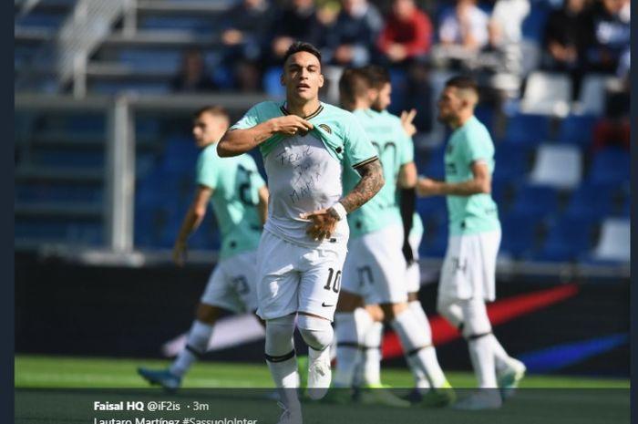 Penyerang Inter Milan, Lautaro Martinez, merayakan gol ke gawang Sassuolo pada pekan kedelapan Liga Italia, Minggu (20/10/2019)