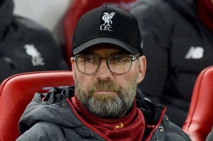 Pelatih Liverpool, Juergen Klopp duduk bersama para pemain di deret bangku cadangan.
