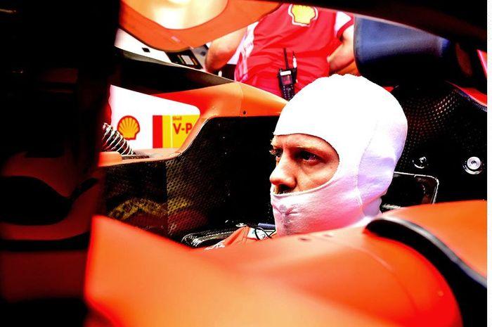 Sebastian Vettel saat bersiap dalam cockpit mobil SF90 milik Ferrari dalam salah satu sesi F1 GP Australia 2019.