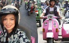 Begini Anggunnya Najwa Shihab Saat Naik Motor Vespa Warna Pink