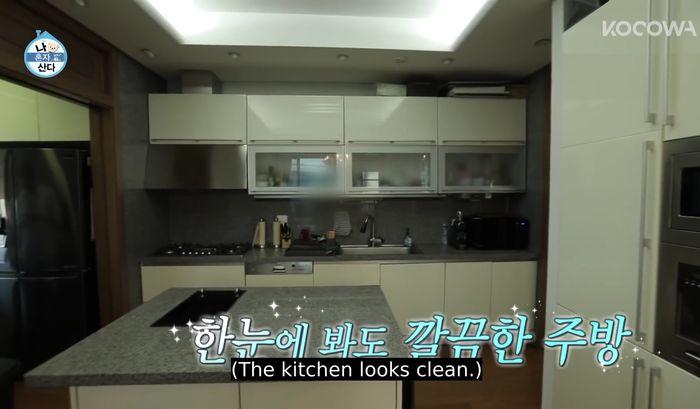 Ruang dapur di rumah artis Kim Youngkwang.