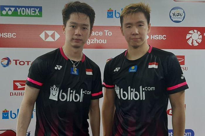 Pasangan ganda putra Indonesia, Marcus Fernaldi Gideon/Kevin Sanjaya Sukamuljo, berpose seusai melakoni konferensi pers pertandingan babak kedua Indonesia Masters 2020.