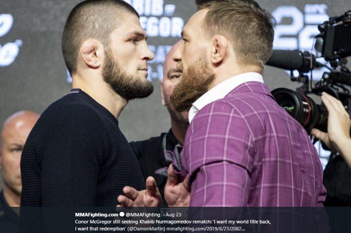 Khabib Nurmagomedov (kiri) dan Conor McGregor (kanan) saat konferensi pers jelang UFC229.
