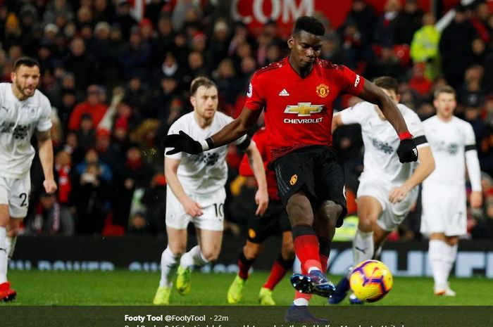Paul Pogba melepaskan tembakan penalti yang menghasilkan gol Manchester United ke gawang Burnley dalam partai Liga Inggris di Old Trafford, 29 Januari 2019.