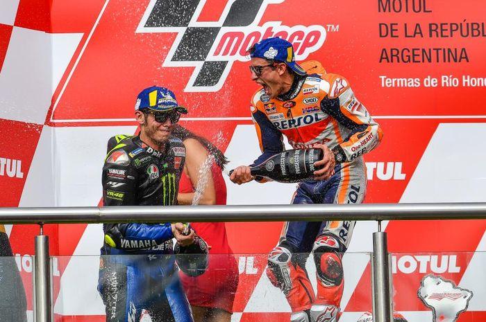 Momen saat Valentino Rossi (kiri) dan Marc Marquez (kanan) berselebrasi di atas podium MotoGP Argentina 2019.