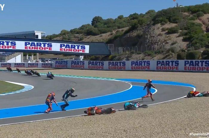 Momen Moto3 Spanyol 2021 saat, Deniz Oncu yang mencoba menyalip di tikungan terakhir malah terjatuh, dan meyenggol, Jaume Masia dan Darryn Binder.